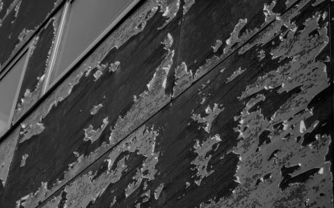 pared desconchada en blanco en negro